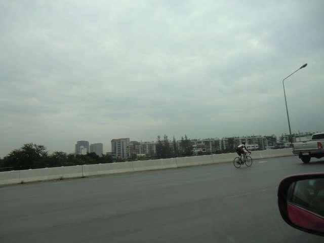 eine Radrennfahrer beim Training auf der Autobahn