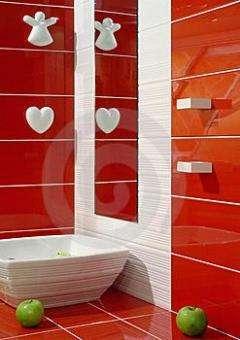 banheiro com painel vermelho